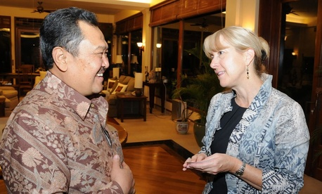 Carrie Hessler-Radelet visited Jakarta and met with Indonesians as Peace Corps Deputy Director in 2011.