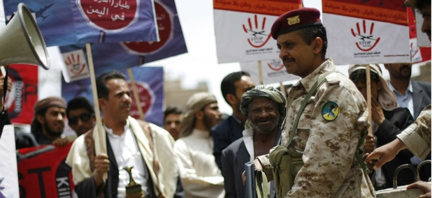 Yemenis protest American drone attacks.