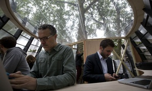 A pop-up tree office in London has eight work stations with power and Wi-Fi.