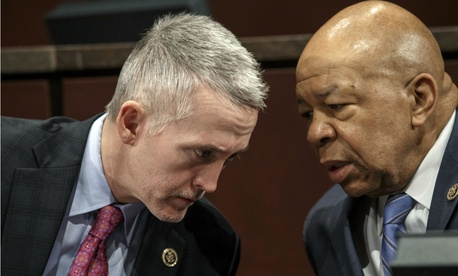 House Oversight Committee Chairman Rep. Trey Gowdy, R-S.C., left, confers with ranking member Rep. Elijah Cummings, D-Md., at a 2015 hearing.